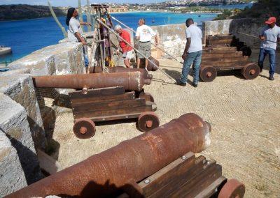 06 Twee kanonnen staan al op hun rolpaarden