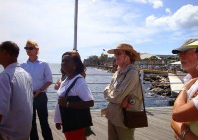 Mary van Soest (met hoed) luistert naar Milva Zimmerman. Met zonnebril Walter Hellebrandt, Monumenten Sint Eustatius