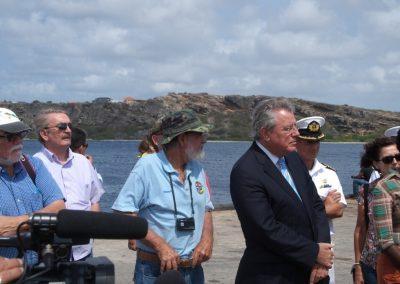 Michael Newton (L) en andere Zorgdragers voor Monument Fort Beekenburg