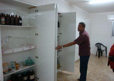 Pater Isaias in zijn nieuwe laboratorium