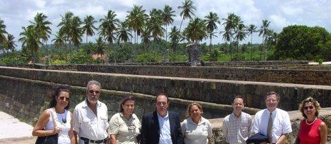 Conference at Fort Orange on information and history. Door vertegenwoordigers van IPHAN en NBSO. Links: Lelia Coelho. In het midden: Dr. Alfredo Teixeira Mendes (Philips Latijns-Amerika). Rechts: Robin de Rooy en Vania Avelar.