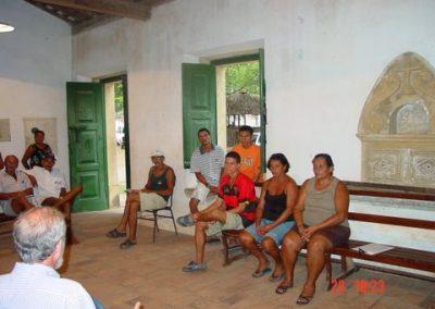 Odilon de Albuquerque Mello geeft voorlichting aan bewoners Vila Velha over Project Trilha dos Holandeses